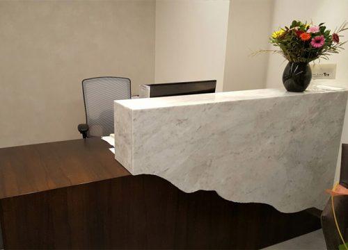 8Dalpak2208 500x360 - דלפק קבלה למשרד- דלפק בפורניר אגוז אמריקאי משולב שיש אמיתי | מס': 2208