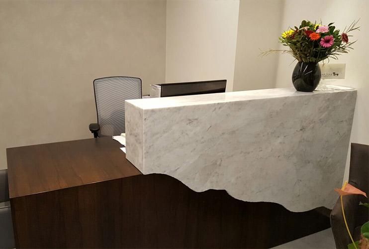 דלפק קבלה למשרד- דלפק בפורניר אגוז אמריקאי משולב שיש אמיתי   מס': 2208