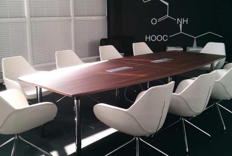 כיסא לחדר ישיבות- FAN חדר ישיבות עם כיסאות לבנים