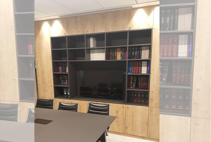 ארון איחסון למשרד – ארון משולב ספריייה עם מקום למסך פלסמה בפורמייקה מט תואמת לשולחן ישיבות | מס': 1011
