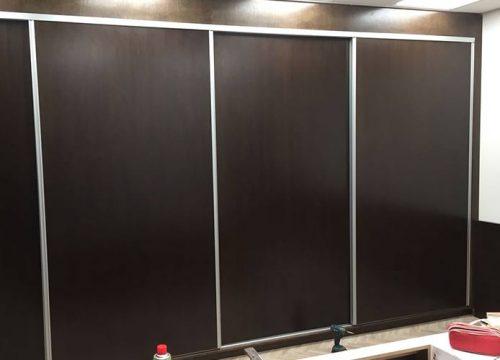 4Afuksi1304 500x360 - ארון איחסון למשרד- ארון קיר עם דלתות הזזה-בפורניר נגרות אומן | מס': 1304