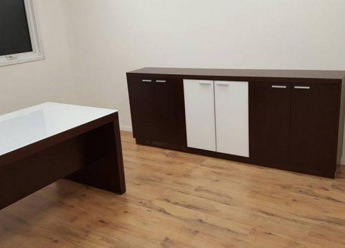 4Zhyhit1204 500x360 - ארון איחסון למשרד- ארון נמוך בשילוב פורניר וזכוכית | מס': 1204