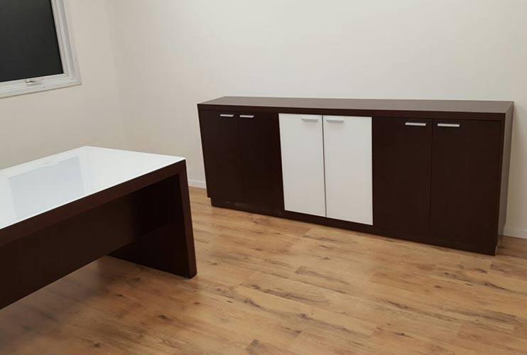 ארון איחסון למשרד- ארון נמוך בשילוב פורניר וזכוכית | מס': 1204