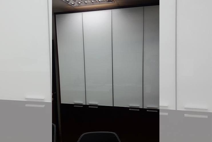 ארון איחסון למשרד- ארון קיר בשילוב פורניר וזכוכית חלבית | מס': 1205
