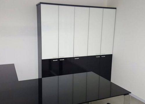 6Zhyhit1206 500x360 - ארון איחסון למשרד- ארון בשילוב זכוכית שחורה ולבנה | מס': 1206