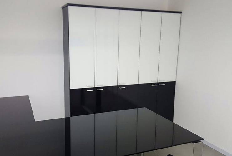 ארון איחסון למשרד- ארון בשילוב זכוכית שחורה ולבנה | מס': 1206