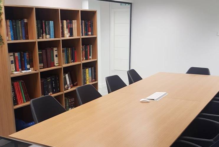 ארון איחסון למשרד- ארון סיפרייה בפורניר   מס': 1308