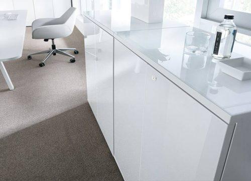 9Formaika1009 1 500x360 - ארון איחסון למשרד- ארונות בפורמייקה לבנה זכוכית מודבקת על הטופ | מס': 1009